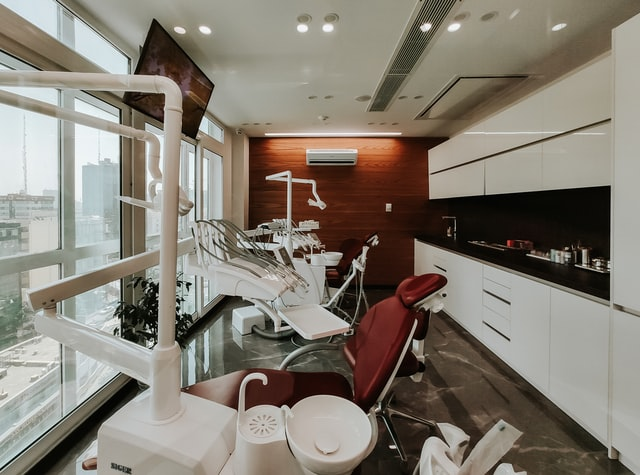 Jakie-uslugi-stomatologiczne-sa-refundowane-przez-NFZ
